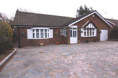 4 Bedrooms Bungalow for sale in Firs Grove, Gatley, Cheadle, Cheshire