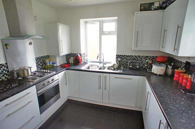 3 Bedrooms Flat for sale in The Roses , High Road, Woodford Green, Essex. IG8