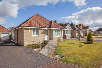 3 Bedrooms Bungalow for sale in Burns Wynd, Stonehouse