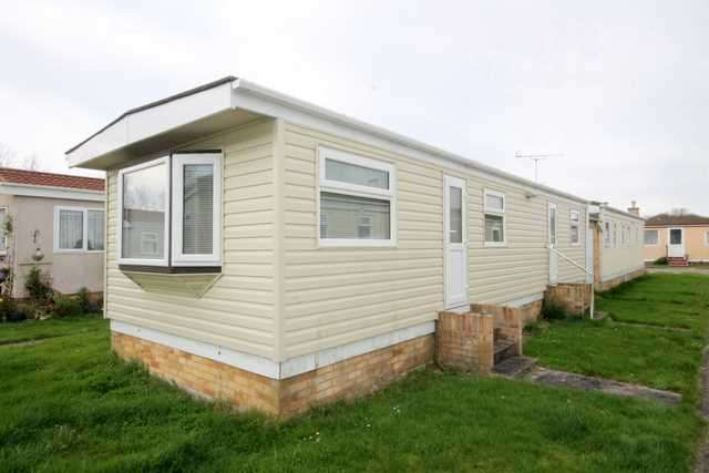 2 Bedrooms Bungalow for sale in Meadowview Park, St Osyth Road, Little Clacton