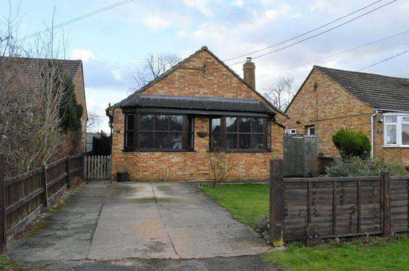 2 Bedrooms Detached Bungalow for sale in High Street, Whittlebury