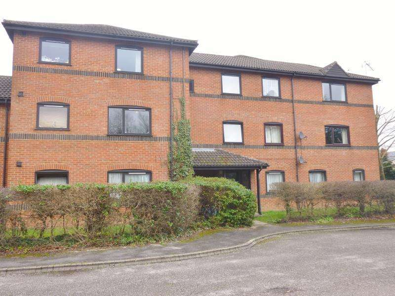 2 Bedrooms Ground Flat for sale in Wetherby Gardens, Farnborough