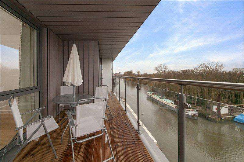 2 Bedrooms Flat for sale in Lighterage Court, High Street, Brentford, Middlesex