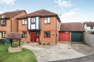4 Bedrooms Detached House for sale in Middlefield, Langshott, Horley, Surrey