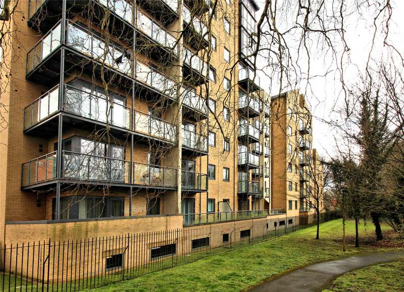 2 Bedrooms Apartment Flat for sale in Ashton Court, Victoria Way, Woking, Surrey, GU21