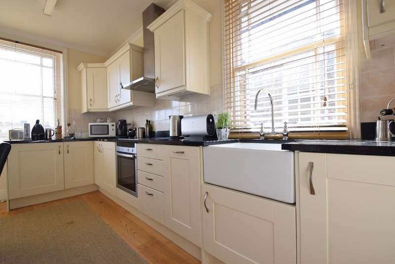 2 Bedrooms Flat for sale in Trinity Place, Windsor, SL4