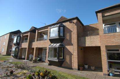 2 Bedrooms Flat for sale in Simon Court, Hoscote Park, West Kirby, Wirral, CH48