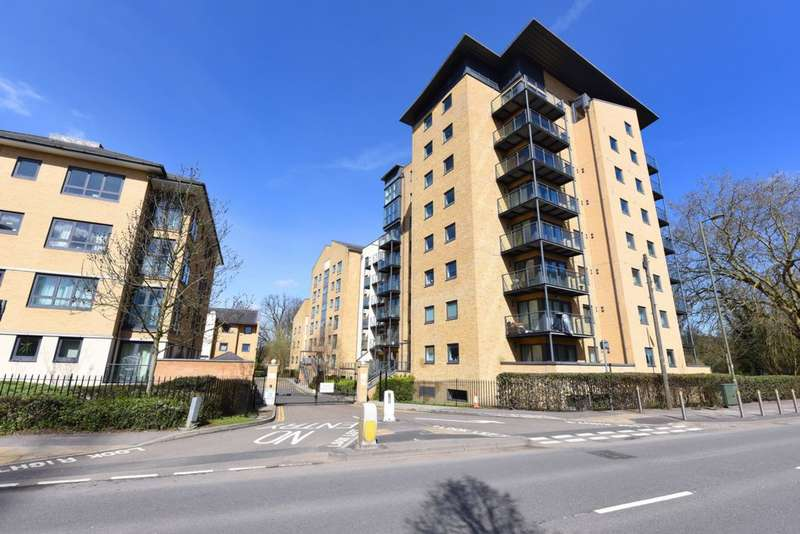 2 Bedrooms Flat for sale in Victoria Way, Woking, GU21