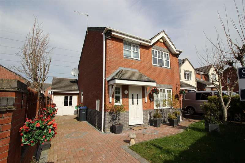 3 Bedrooms Detached House for sale in Celandine Way, Chippenham