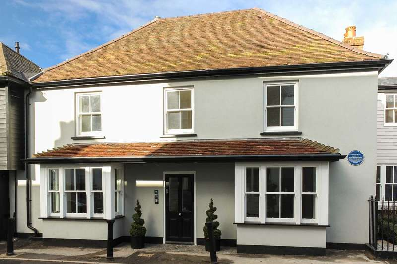 2 Bedrooms Apartment Flat for sale in 1 Barrington Court, High Street, Thames Ditton
