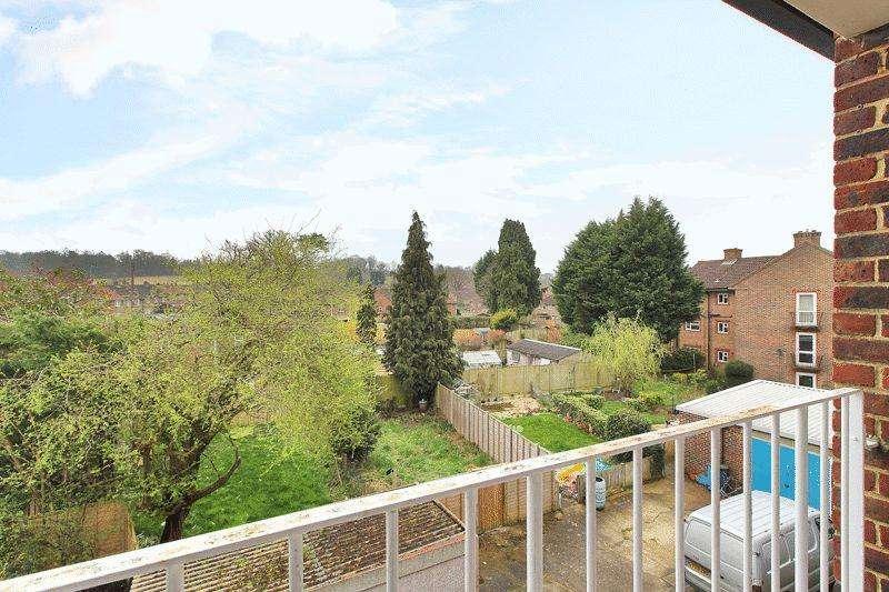 3 Bedrooms Flat for sale in Blackbridge Lane, Horsham