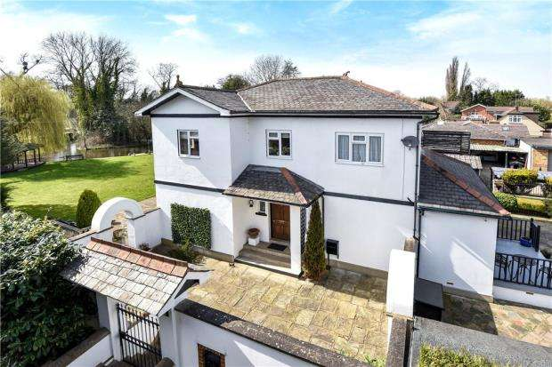 5 Bedrooms Detached House for sale in Colne Way, Staines-upon-Thames, Surrey