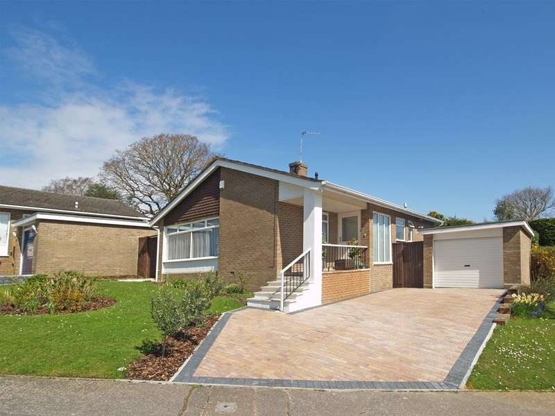 2 Bedrooms Detached Bungalow for sale in Cornford Way, Highcliffe, Christchurch