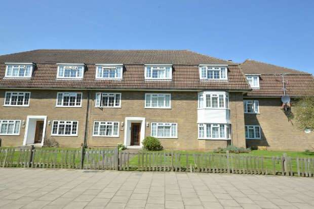 2 Bedrooms Flat for sale in Bray Court, North Parade, Chessington