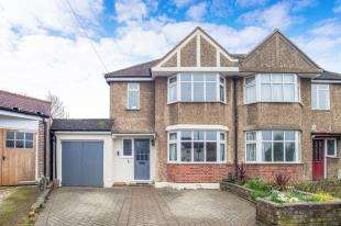 4 Bedrooms House for sale in Somerset Avenue, Chessington, Surrey, .