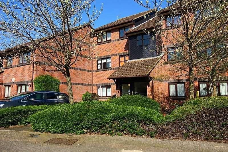 2 Bedrooms Flat for sale in Welsummer Way, Cheshunt,