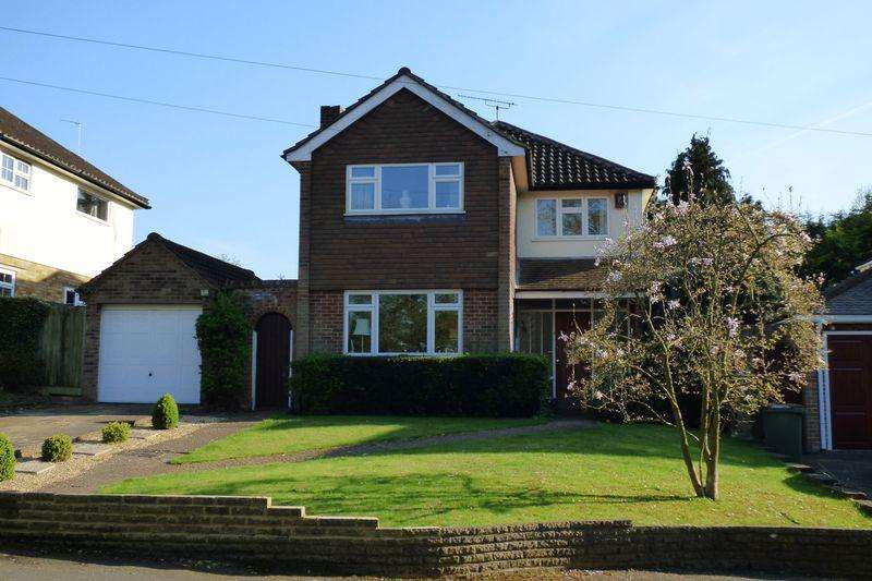 3 Bedrooms Detached House for sale in Rosehill, Claygate