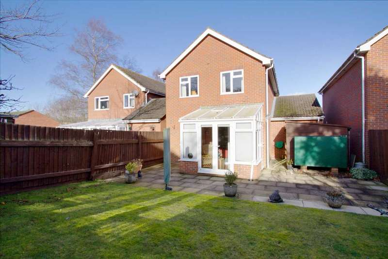3 Bedrooms Detached House for sale in Larkin Close detached property set back in a small development of its own