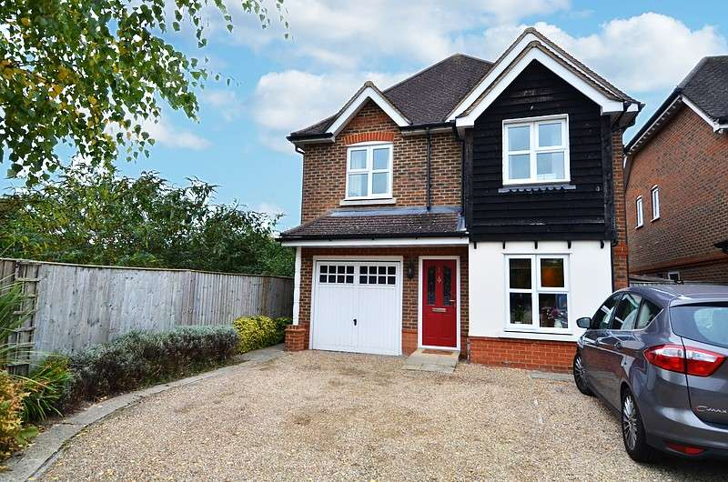 4 Bedrooms Detached House for sale in Wooburn Mead, Wooburn Green, HP10