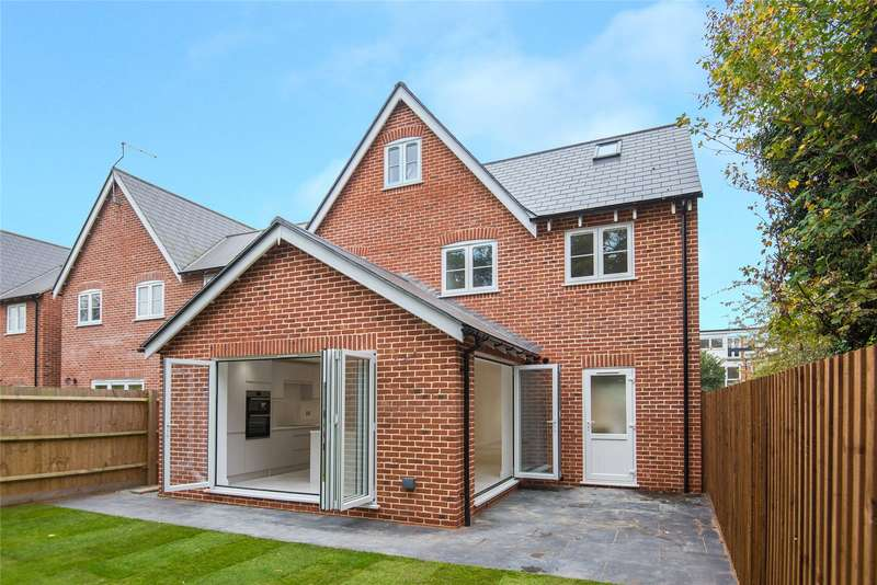 4 Bedrooms Detached House for sale in Thorncroft, Hornchurch