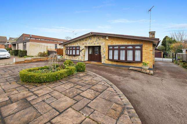 4 Bedrooms Detached House for sale in Swan Lane, Wickford, Essex, SS11 7DD