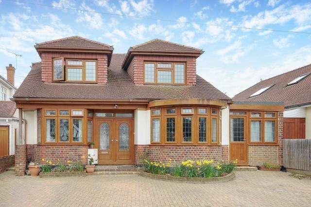 5 Bedrooms Detached House for sale in Darby Crescent, Lower Sunbury, TW16