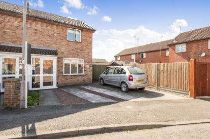 3 Bedrooms Semi Detached House for sale in Field Way, Aylesbury, Bucks, England