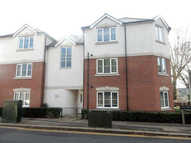2 Bedrooms Apartment Flat for sale in Fielding Court, Loughton IG10