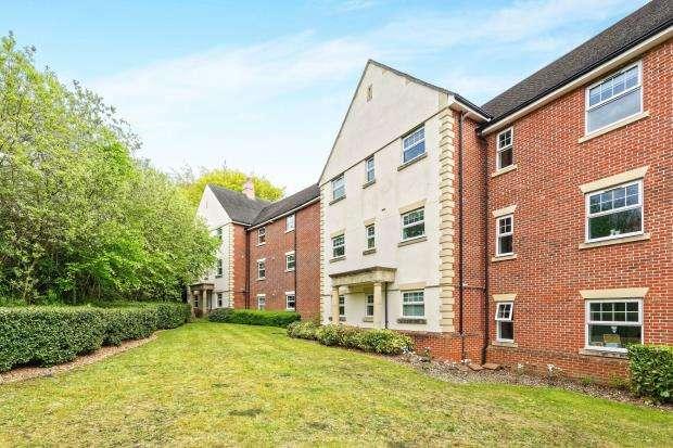 2 Bedrooms Flat for sale in Waleron Road, Fleet, Hampshire