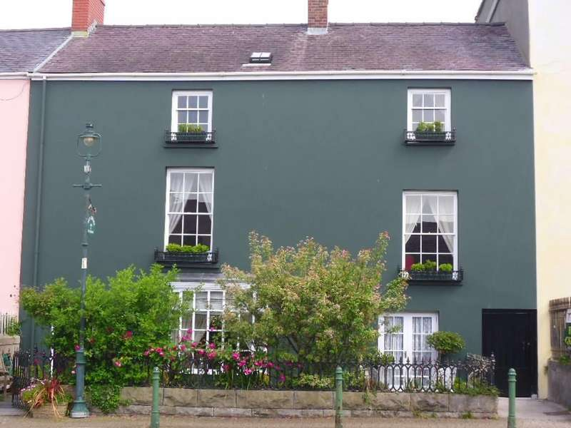 5 Bedrooms Town House for sale in Main Street, Pembroke