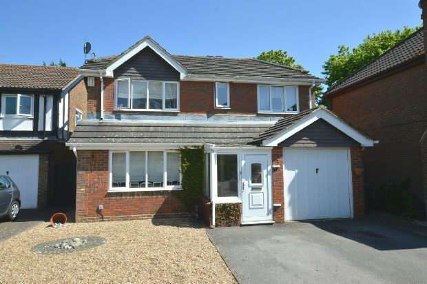 4 Bedrooms Detached House for sale in Arnold Drive, Chessington