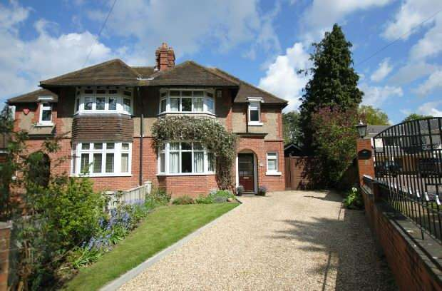 3 Bedrooms Semi Detached House for sale in Bath Road, Calcot, Reading
