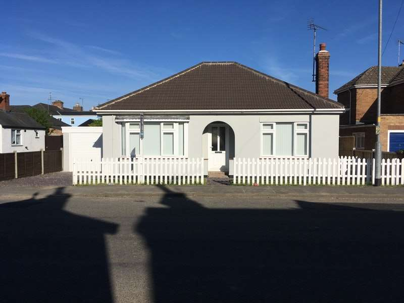 2 Bedrooms Bungalow for sale in New Road, Spalding, Lincolnshire, PE12
