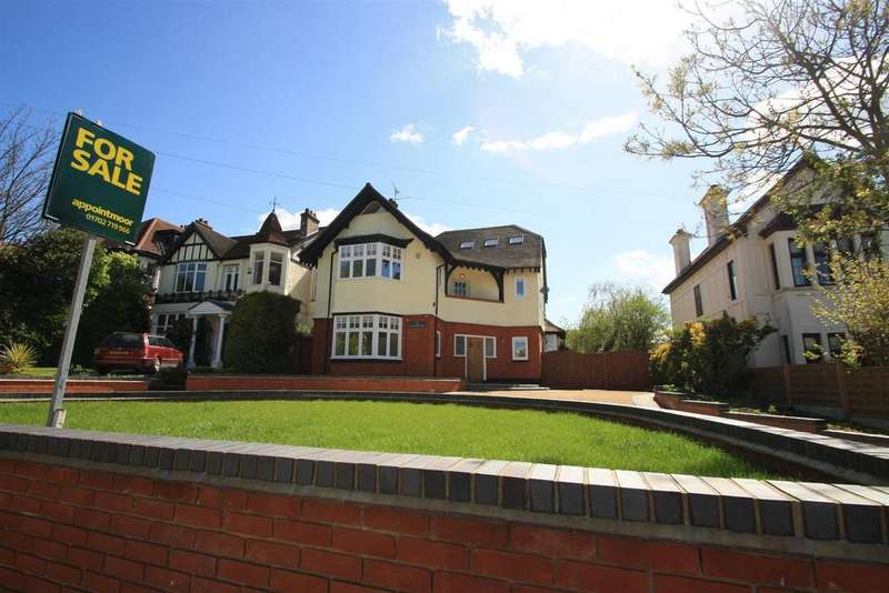 5 Bedrooms Detached House for sale in Crowstone Road, Chalkwell