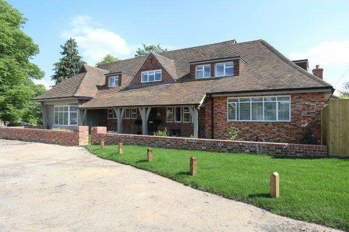 4 Bedrooms Detached House for sale in Church Road, COOKHAM DEAN, SL6