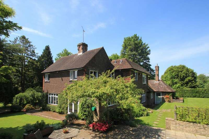 5 Bedrooms Detached House for sale in Heartenoak Road, Hawkhurst, Kent, TN18 5EU