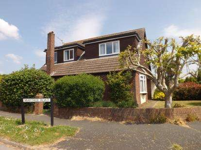 4 Bedrooms Bungalow for sale in Cowplain, Waterlooville, Hampshire