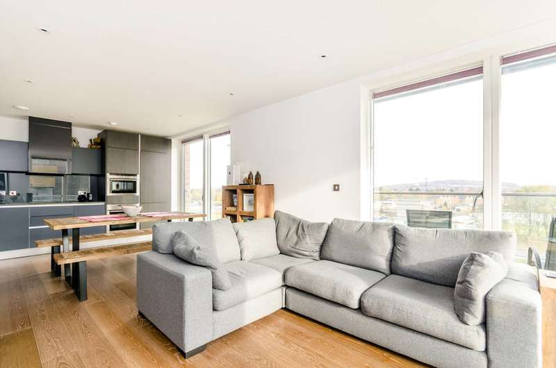3 Bedrooms Flat for sale in Wallace Court, Kidbrooke, SE3