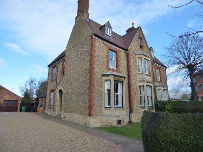 6 Bedrooms Semi Detached House for sale in High Street, Newport Pagnell, Milton Keynes, Bucks