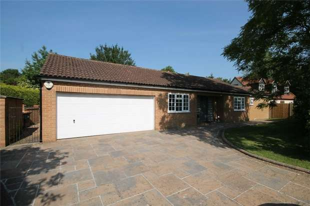 4 Bedrooms Detached Bungalow for sale in Vicarage Green, Thurleigh, Bedford