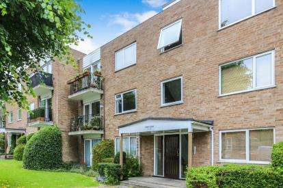 2 Bedrooms Flat for sale in Priory Court, Hitchin, Hertfordshire, England