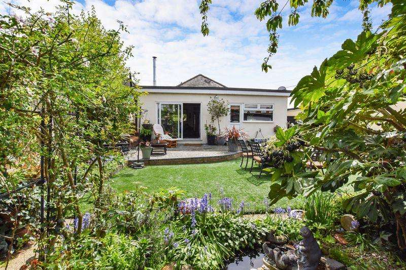 3 Bedrooms Detached Bungalow for sale in Corringham Road, Stanford-Le-Hope