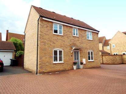 3 Bedrooms Detached House for sale in Silverburn Close, Bedford, Bedfordshire