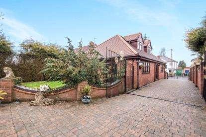 5 Bedrooms Bungalow for sale in Woodnorton Road, Rowley Regis, West Midlands