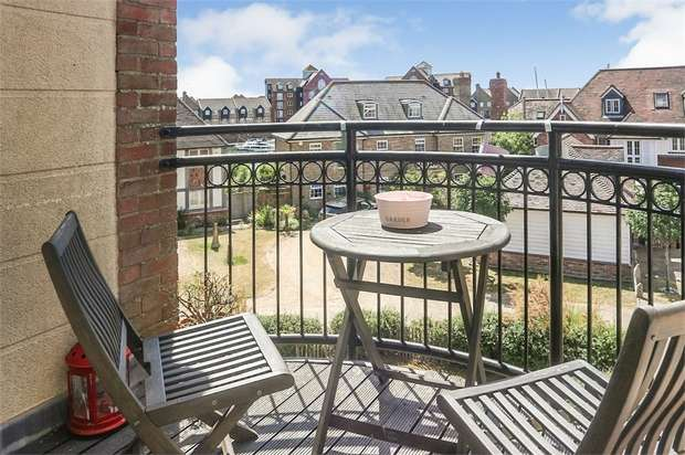 3 Bedrooms Maisonette Flat for sale in Christchurch Place, Eastbourne, East Sussex