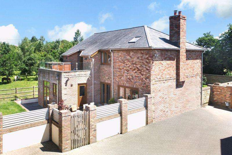 4 Bedrooms Detached House for sale in Concord Close, Southwick