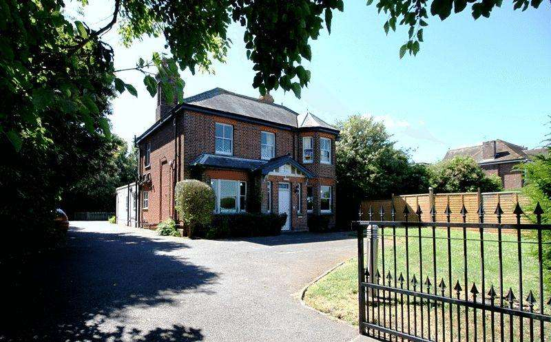 3 Bedrooms Detached House for sale in 114 Dover Road, Sandwich