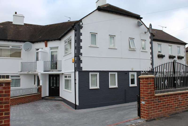 3 Bedrooms Terraced House for sale in Thornsbeach Road, London