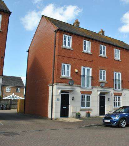 3 Bedrooms Terraced House for sale in Plovers Field, Sandy, Bedfordshire