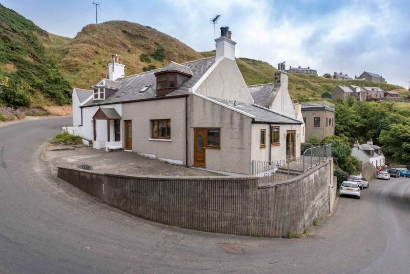 2 Bedrooms Cottage House for sale in The Green, Gardenstown, Banff, Aberdeenshire, AB45 3YY